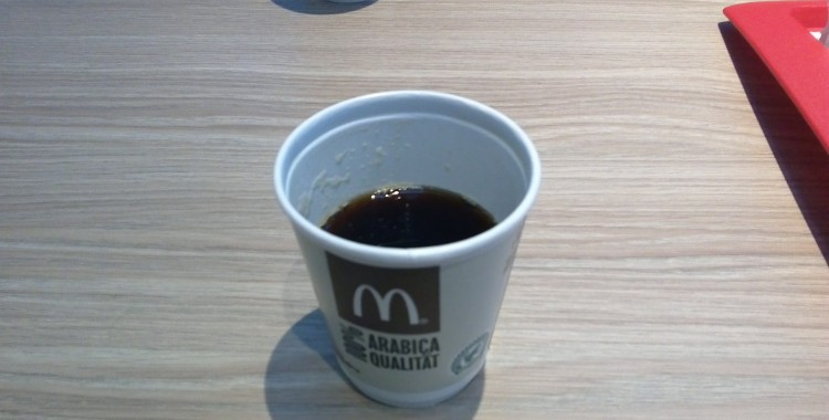 Der Mc Donalds am Flughafen: Günstiger Kaffee, kein freies WLAN